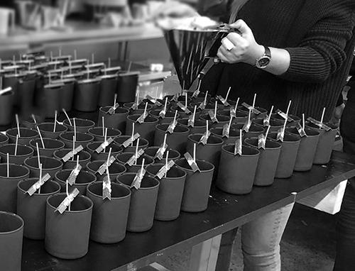 Atelier met productiestap gieten van gesmolten was